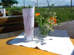Holztisch mit frischen Wiesenblumen im Weingarten.